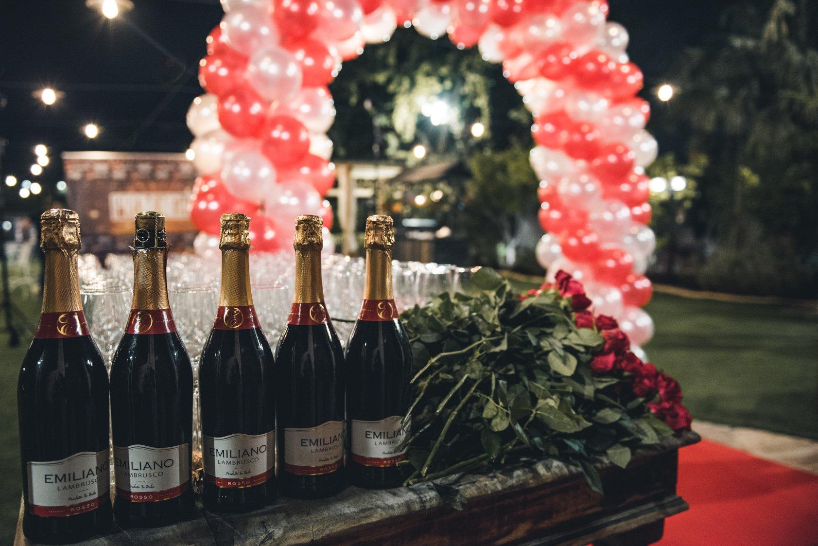 שמפניה בקבלת הפנים בנשף