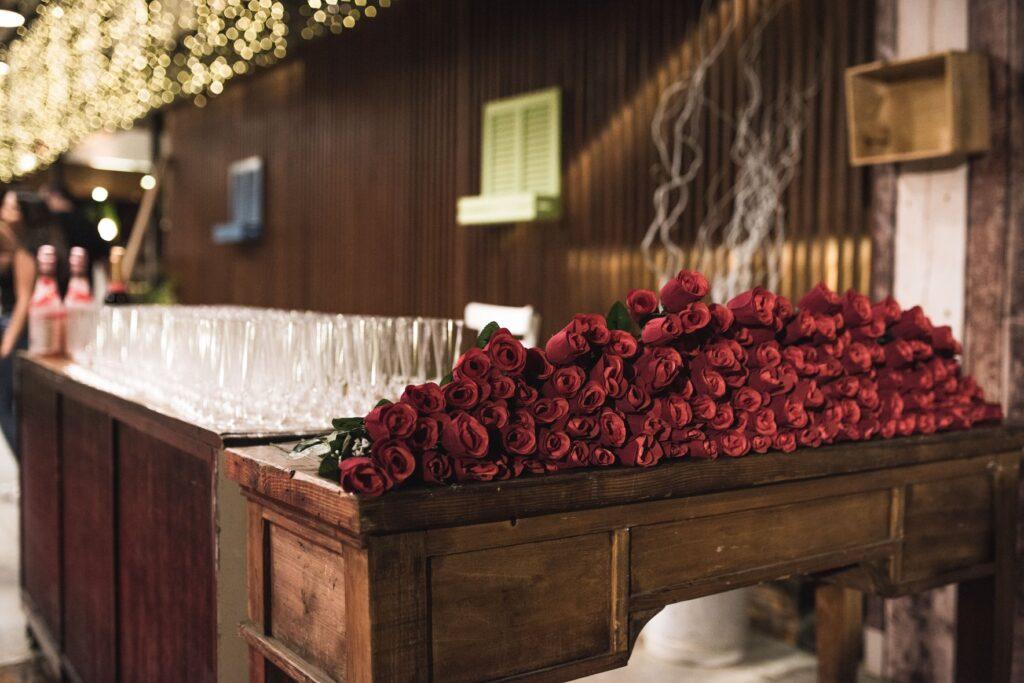 ורד ושמפניה בכניסה לנשף יב